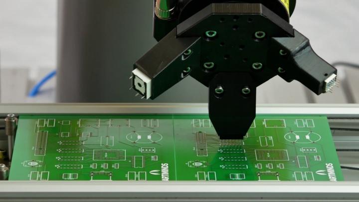 Anwendungsfälle wie die Bestückung von Leiterplatten erfordern hohe Positioniergenauigkeiten; Quelle: ArtiMinds Robotics GmbH