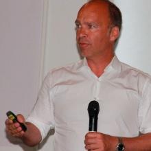 Bauernhansl im Maschinenmarkt Denker treffen Lenker, so lautete die Überschrift der Veranstaltung der Innovationsregion Mainfranken. Prof. Thomas Bauernhansl zeigte die Zusammenhänge auf und gab Tipps ans mittelständisch geprägte Publikum.