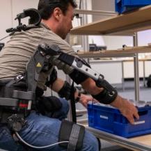 Praktische Testmöglichkeiten von Exoskeletten in verschiedenen Szenarien. Fraunhofer IPA/Nikola Kaloyanov