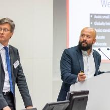 Dr. Joe Hitt (re.), Geschäftsführer von WearRA und Konferenzleiter Dr. Urs Schneider (IFF/IPA) eröffneten die Veranstaltung. Fraunhofer IPA/Nikola Kaloyanov